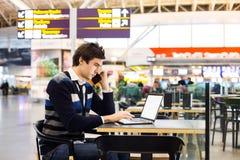 Stilig affärsman som talar på mobiltelefonen Royaltyfri Foto
