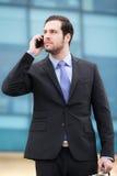 Stilig affärsman som talar på telefonen royaltyfria foton