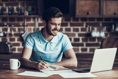 Stilig affärsman Working med bärbar datorhemmet royaltyfri foto