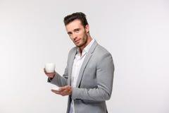 Stilig affärsmaninnehavkopp med kaffe arkivfoto