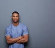 Stilig afrikansk amerikanman som poserar med korsade armar arkivbilder