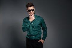 Stilig allvarlig man i iklädd skjorta för solglasögon Arkivbild