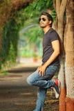 Stilig asiatisk man med solglasögon & att posera för skägg Arkivbilder