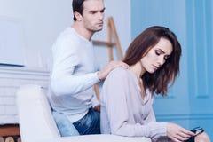 Stilig att bry sig man som stöttar hans flickvän Royaltyfri Foto