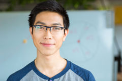 Stilig attraktiv ung asiatisk man i exponeringsglas Royaltyfria Foton