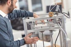 Stilig barntekniker som tar bort den utskrivavna modellen 3D Royaltyfria Bilder