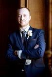 Stilig brudgum i dräkt i korridoren Arkivfoto