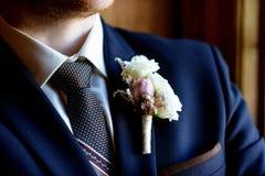 Stilig brudgum i dräkt i korridoren Arkivbild