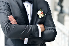 Stilig brudgum i dräkt i naturen Royaltyfri Bild
