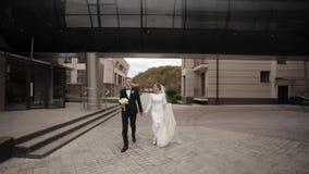 Stilig brudgum och charmabrud för att spendera tid tillsammans, efter gifta sig ceremoni i har parkerat stock video