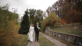 Stilig brudgum och charmabrud f?r att spendera tid tillsammans, efter gifta sig ceremoni i har parkerat lager videofilmer