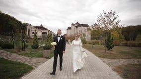 Stilig brudgum och charmabrud f?r att spendera tid tillsammans, efter gifta sig ceremoni i har parkerat arkivfilmer