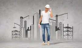 Stilig byggmästare i hjälm och handskar Arkivfoton