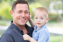 Stilig Caucasian fader och son som har gyckel på parkera Royaltyfria Foton