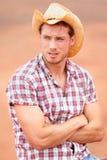 Stilig cowboyman och goda som ser med hatten Fotografering för Bildbyråer