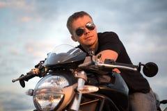 Stilig cyklistman för romantisk stående i solglasögon Arkivfoto