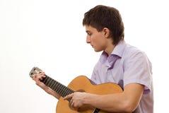 Stilig deltagare med en gitarr på en white royaltyfri bild