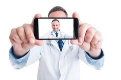 Stilig doktor eller läkare som tar en selfie med den tillbaka kameran royaltyfri fotografi
