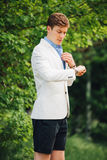 Stilig elegant man i parc royaltyfri fotografi