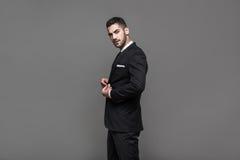 Stilig elegant man på grå bakgrund arkivbild