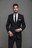 Stilig elegant man på grå bakgrund arkivfoton