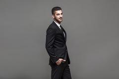 Stilig elegant man på grå bakgrund royaltyfria foton