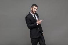 Stilig elegant man på grå bakgrund royaltyfri foto