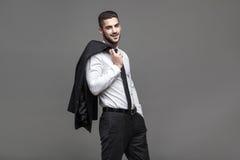 Stilig elegant man på grå bakgrund royaltyfri fotografi