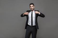 Stilig elegant man på grå bakgrund royaltyfri bild