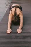 Stilig email eller meddelande för handstil för affärsman på telefonen Arkivbild
