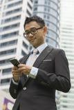 Stilig email eller meddelande för handstil för affärsman på telefonen Arkivfoto