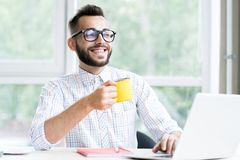 Stilig entreprenör Enjoying Working Office arkivfoto