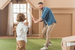stilig fader som undervisar hans son hur till Arkivbilder