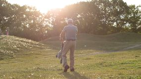 Stilig farfar som omkring rotera litet barnpojken lager videofilmer