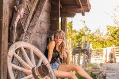 stilig flicka i den gamla byn Arkivbild