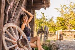 stilig flicka i den gamla byn Royaltyfri Fotografi