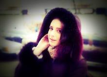 Stilig flicka i gatan under vintersäsong Arkivbild
