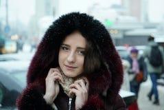 Stilig flicka på vintergatorna av en stad Royaltyfri Bild