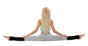 Stilig flicka som poserar, medan göra gymnastisk splittring Arkivbilder