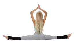 Stilig flicka som poserar, medan göra gymnastisk splittring Royaltyfria Foton