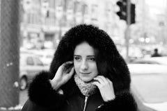 Stilig flicka utanför gatan under vintersäsong Arkivbild
