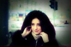 Stilig flicka utanför gatan under vintersäsong Arkivbilder