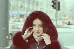 Stilig flicka utanför gatan under vintersäsong Royaltyfria Foton