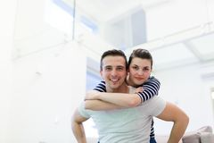 stilig flickvän hans man som piggybacking royaltyfri fotografi