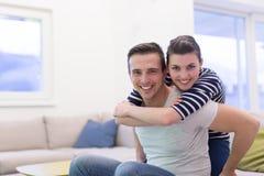 stilig flickvän hans man som piggybacking arkivbild