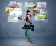 Stilig fotograf med kameran royaltyfri fotografi