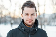 Stilig framsida för man` s med hår och skägg i solig dag för vinter royaltyfria bilder