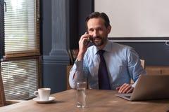 Stilig gladlynt man som talar på telefonen royaltyfria bilder