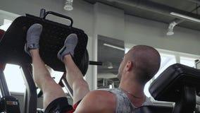 Stilig grabb i idrottshallen lager videofilmer