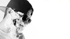 Stilig grabb, man, hipster i solglasögon och backcap med skumnolla arkivfoton